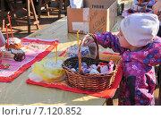 Купить «Девочка на освящении куличей и яиц в канун Пасхи», эксклюзивное фото № 7120852, снято 19 апреля 2014 г. (c) Алёшина Оксана / Фотобанк Лори