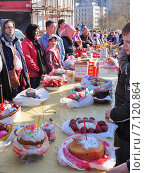 Купить «Освящение куличей и яиц в канун Пасхи», эксклюзивное фото № 7120864, снято 19 апреля 2014 г. (c) Алёшина Оксана / Фотобанк Лори