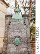 Купить «Могила французского священника и теолога Pere Hyacinthe Loyson на кладбище Пер-Лашез (Pere Lachaise) в Париже, Франция», фото № 7122856, снято 21 февраля 2015 г. (c) Иван Марчук / Фотобанк Лори