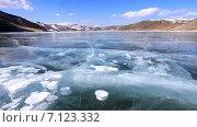 Купить «Байкал зимой. Гладкий лед с белыми пузырями и трещинами», видеоролик № 7123332, снято 14 марта 2015 г. (c) Виктория Катьянова / Фотобанк Лори