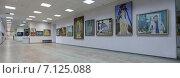 Купить «Интерьер Балашихинской Картинной галереи, выставка работ Балашихинского художника М.К.Аникеева», эксклюзивное фото № 7125088, снято 13 марта 2015 г. (c) Дмитрий Неумоин / Фотобанк Лори