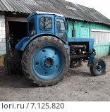 Купить «Трактор Т-40 на сельском дворе», эксклюзивное фото № 7125820, снято 11 марта 2015 г. (c) Валерий Акулич / Фотобанк Лори