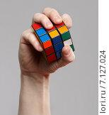 Мужская рука держит кубик Рубика (2012 год). Редакционное фото, фотограф Alexey Matushkov / Фотобанк Лори