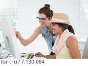 Купить «Smiling teamwork pointing computer at desk», фото № 7130084, снято 27 мая 2014 г. (c) Wavebreak Media / Фотобанк Лори