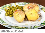 Купить «Отварной картофель с зеленым горошком на тарелке», фото № 7134272, снято 9 марта 2015 г. (c) Евгений Ткачёв / Фотобанк Лори