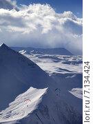 Купить «Заснеженный горный пейзаж, два параплана в полёте», фото № 7134424, снято 27 февраля 2013 г. (c) Анна Полторацкая / Фотобанк Лори