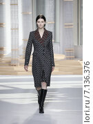 Купить «NEW YORK, NY - FEBRUARY 18: A model walks the runway at the Boss Womens fashion show during Mercedes-Benz Fashion Week Fall on February 18, 2015 in NYC.», фото № 7136376, снято 18 февраля 2015 г. (c) Anton Oparin / Фотобанк Лори
