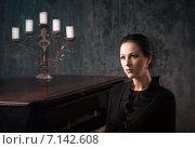 Портрет задумчивой красивой девушки за роялем. Стоковое фото, фотограф Андрей Шарашкин / Фотобанк Лори