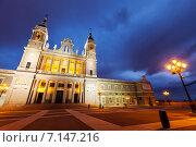 Almudena cathedral at Madrid in twilight (2013 год). Стоковое фото, фотограф Яков Филимонов / Фотобанк Лори