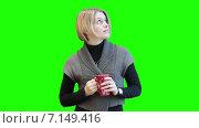 Счастливая улыбающаяся девушка с чашкой в руках, зеленый изолированный фон. Стоковое видео, видеограф Кекяляйнен Андрей / Фотобанк Лори