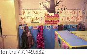 Купить «Раздевалка группы детского садика со шкафчиками и галереей рисунков и поделок на стене», видеоролик № 7149532, снято 8 декабря 2014 г. (c) Кекяляйнен Андрей / Фотобанк Лори