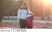Купить «Веселые мать и дочь в зимнем парке», видеоролик № 7149824, снято 2 декабря 2014 г. (c) Кекяляйнен Андрей / Фотобанк Лори