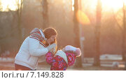 Купить «Мать и дочь в морозном зимнем парке», видеоролик № 7149828, снято 2 декабря 2014 г. (c) Кекяляйнен Андрей / Фотобанк Лори