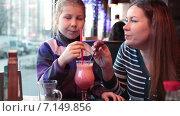 Мама вместе с ребенком пробует молочный коктейль из трубочки, ресторан. Стоковое видео, видеограф Кекяляйнен Андрей / Фотобанк Лори
