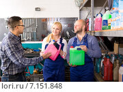 Купить «Mechanics offer antifreeze change», фото № 7151848, снято 17 июня 2019 г. (c) Яков Филимонов / Фотобанк Лори