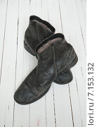 Купить «Старые черные ботинки на белом фоне», фото № 7153132, снято 8 февраля 2015 г. (c) Влад  Плотников / Фотобанк Лори