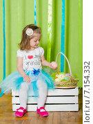 Маленькая девочка с корзинкой пасхальных яиц. Стоковое фото, фотограф Евгения Устиновская / Фотобанк Лори