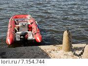 Купить «Красный спасательный катер МЧС у набережной Невы», эксклюзивное фото № 7154744, снято 12 июля 2009 г. (c) Александр Щепин / Фотобанк Лори