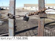Ворота на замке. Стоковое фото, фотограф Сергей Юрьев / Фотобанк Лори