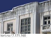 Большие сосульки свисают с крыши дома. Стоковое фото, фотограф Маркин Роман / Фотобанк Лори