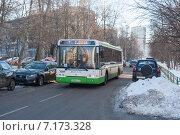 """Купить «Автобус """"ЛиАЗ-5292"""" проезжает узкий переулок, заставленный машинами», эксклюзивное фото № 7173328, снято 5 декабря 2012 г. (c) Малышев Андрей / Фотобанк Лори"""