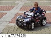 Маленький мальчик за рулем детской спортивной машины (2014 год). Редакционное фото, фотограф Ирина Буржинская / Фотобанк Лори