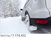 Автомобиль в лесу на заснеженной дороге, крупный план, зимняя резина. Стоковое фото, фотограф Кекяляйнен Андрей / Фотобанк Лори