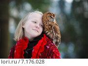 Купить «Девочка с совой на природе», фото № 7176028, снято 8 декабря 2012 г. (c) Константин Тронин / Фотобанк Лори