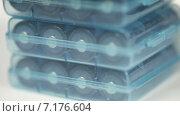 Купить «Батарейки в упаковках», видеоролик № 7176604, снято 26 марта 2015 г. (c) Потийко Сергей / Фотобанк Лори