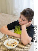 Купить «Мальчик отказывается есть овсянку на завтрак», фото № 7177008, снято 26 марта 2015 г. (c) Володина Ольга / Фотобанк Лори