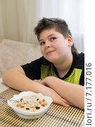 Купить «Подросток отказывается овсянки на завтрак», фото № 7177016, снято 26 марта 2015 г. (c) Володина Ольга / Фотобанк Лори
