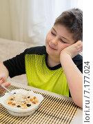 Купить «Мальчик ест овсяную кашу на завтрак», фото № 7177024, снято 26 марта 2015 г. (c) Володина Ольга / Фотобанк Лори