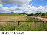 Купить «Сельский пейзаж. Земельный участок в поле, огороженный деревянной изгородью», эксклюзивное фото № 7177820, снято 3 июля 2014 г. (c) Яна Королёва / Фотобанк Лори