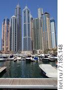 Купить «Пустынный причал на фоне небоскребов и яхт в Dubai Marina города Дубай, ОАЭ», фото № 7185148, снято 30 октября 2014 г. (c) SevenOne / Фотобанк Лори