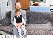 Купить «Мужчина держит на коленях трехлетнего сына», фото № 7186060, снято 18 января 2015 г. (c) Сергей Дубров / Фотобанк Лори