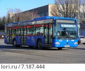 Купить «Городской автобус идет по дороге. Ходынский бульвар. Москва», эксклюзивное фото № 7187444, снято 10 марта 2015 г. (c) lana1501 / Фотобанк Лори