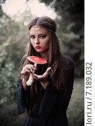 Купить «beautiful witch holding a mushroom», фото № 7189032, снято 11 сентября 2014 г. (c) Майя Крученкова / Фотобанк Лори