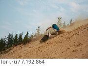 Мужчина спускается на сноуборде по песчаному склону, фото № 7192864, снято 9 июля 2006 г. (c) Сурикова Ирина / Фотобанк Лори