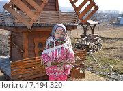 Купить «Маленькая девочка в русском платке держит в руках веточки вербы», эксклюзивное фото № 7194320, снято 29 марта 2015 г. (c) Ольга Линевская / Фотобанк Лори
