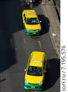 Купить «Государственное желтое такси на центральных улицах Бангкока», фото № 7195576, снято 21 февраля 2015 г. (c) Ready-made / Фотобанк Лори