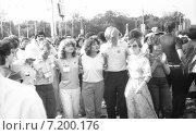Юноши и девушки на XII Всемирном фестивале молодежи и студентов в Москве (1985 год). Редакционное фото, фотограф Зобков Георгий / Фотобанк Лори