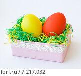 Пасхальные яйца в коробке с  цветной бумажной мишурой. Стоковое фото, фотограф Анастасия Ульянова / Фотобанк Лори