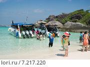 Купить «Высадка туристов на пляже. Таиланд», фото № 7217220, снято 27 февраля 2015 г. (c) Александр Романов / Фотобанк Лори