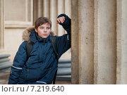 Одинокий городской подросток. Стоковое фото, фотограф Мария Мороз / Фотобанк Лори