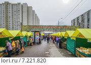 Купить «Ярмарка выходного дня на Дубравной улице в Митине», эксклюзивное фото № 7221820, снято 4 апреля 2015 г. (c) Виктор Тараканов / Фотобанк Лори
