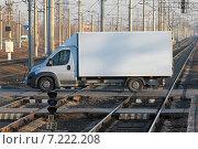 Купить «Белый фургон на железнодорожном переезде», эксклюзивное фото № 7222208, снято 19 марта 2015 г. (c) Александр Тарасенков / Фотобанк Лори