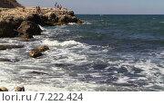 Небольшой шторм. Волны Черного моря с брызгами накатывают на каменистый берег на котором загорают люди. Стоковое видео, видеограф Арташес Оганджанян / Фотобанк Лори