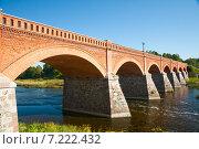 Кирпичный мост через реку Вента, Латвия, Кулдига (2014 год). Стоковое фото, фотограф Юлия Бабкина / Фотобанк Лори