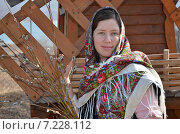 Купить «Молодая женщина в русском платке держит в руках веточки вербы», эксклюзивное фото № 7228112, снято 29 марта 2015 г. (c) Ольга Линевская / Фотобанк Лори