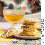 Стопка оладий с медом и сахарной пудрой на блюдце. Стоковое фото, фотограф Екатерина Асатурова / Фотобанк Лори